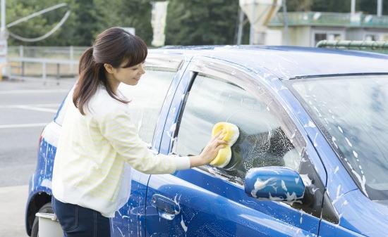 洗車する女性