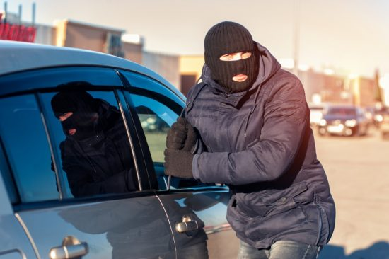 車を盗難する男